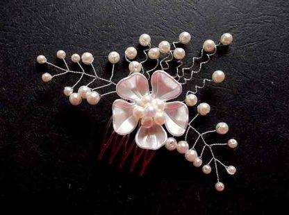 Accesoriu nunta, pieptan cu floare alba par mireasa 35109 fundal negru