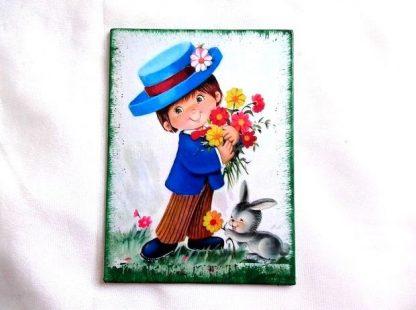 Baiat cu palarie pe cap, buchet de flori in brate si iepure la picioare, tablou panza 36312
