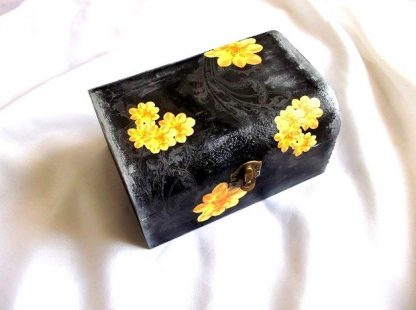 Cutii cu flori galbene pe fundal negru, cutie lemn 37060