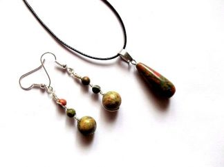 Bijuterii pietre semipretioase unakit, set bijuterii femei 37673. Set colier si cercei cu pietre semipretioase de unakit. Snurul se poate inlocui cu unul de argint. Cercei realizati cu sarma argintata nontarnish.